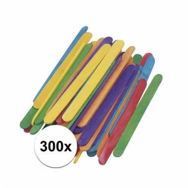 Afgeprijsde 300 stuks houten knutsel stokjes gekleurd 5,5 cm