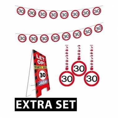 Afgeprijsde 30ste verjaardag versiering pakket verkeersbord extra