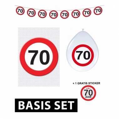 Afgeprijsde 70ste verjaardag versiering pakket verkeersbord basic