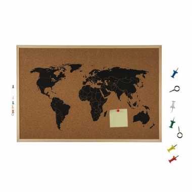 Afgeprijsde prikbord van kurk met kaart van de wereld