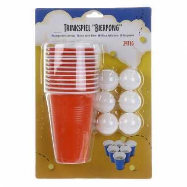 Beer pong spelletje met rode bekers
