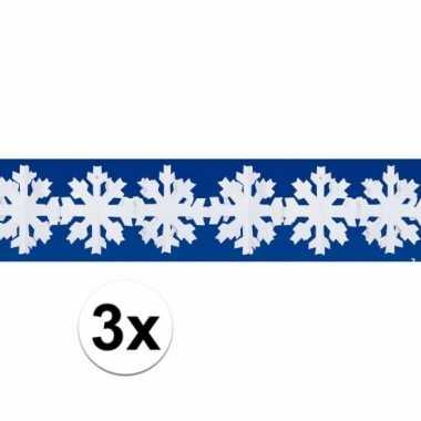 Drie decoratieslingers met witte vlokken