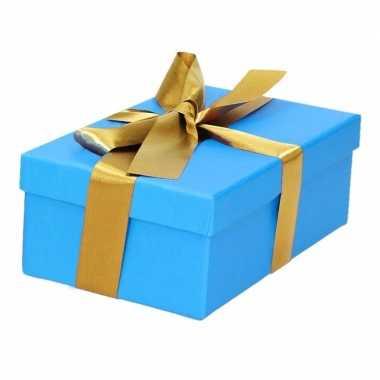 Etalage versiering blauwe cadeauverpakking doosje met goud strikje 15