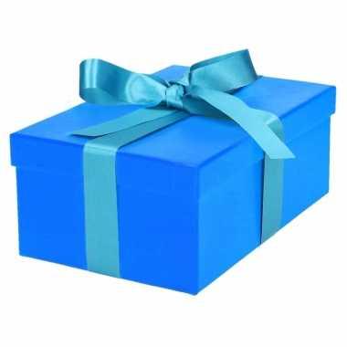 Etalage versiering blauwe cadeauverpakking doosje met lichtblauw stri