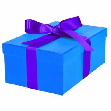 Etalage versiering blauwe cadeauverpakking doosje met paars strikje 2