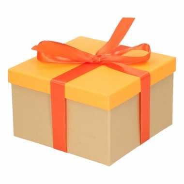 Etalage versiering neon oranje cadeauverpakking doosje met oranje str