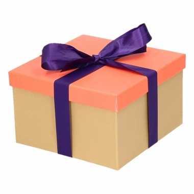 Etalage versiering neon zalm roze cadeauverpakking doosje met paars s