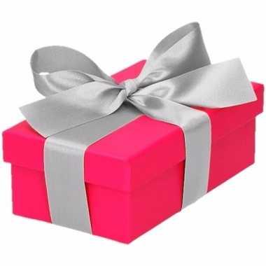 Etalage versiering roze cadeauverpakking doosje met zilver strikje 10
