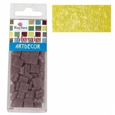 Gele mozaiek steentjes in doosje