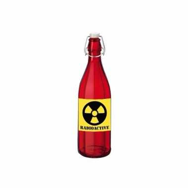 Grappige rode glazen fles met radioactieve sticker