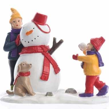 Kerstdorp figuren kinderen hond en sneeuwpop 9,5 cm