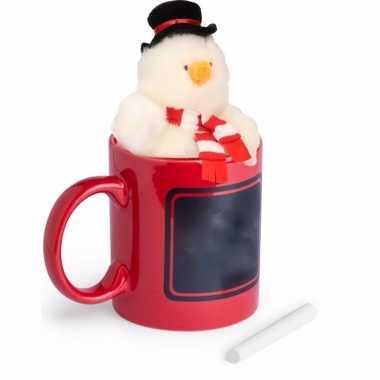 Kerstkado rode mok met sneeuwpop knuffel