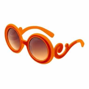 Oranje bril met krullend montuur