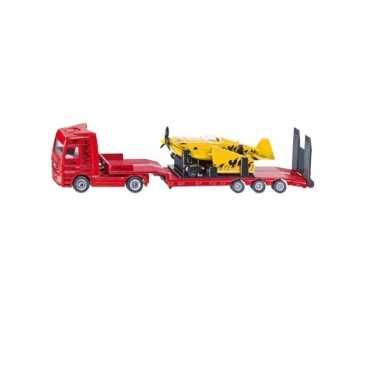 Vrachtwagen met vliegtuig trailer