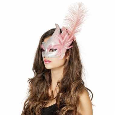 Zilver met roze venetiaans oogmasker met bloem en veer