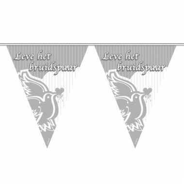 Zilveren vlaggenlijn voor het bruidspaar