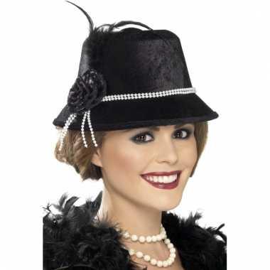 Zwart hoedje met parelsnoer