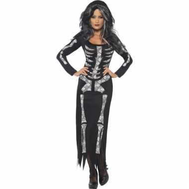 Zwarte jurk met een opdruk van een skelet