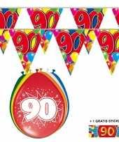 Afgeprijsde voordeelverpakking 90 jaar met 2 slingers en ballonnen