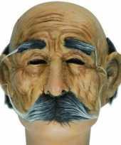 Half masker bejaarde man